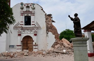 View of damages at the Church of San Vicente Ferrer following an 8.2 magnitude earthquake that hit Mexico's Pacific coast, in Juchitan de Zaragoza, state of Oaxaca on September 8, 2017. Mexico's most powerful earthquake in a century killed at least 35 people, officials said, after it struck the Pacific coast, wrecking homes and sending families fleeing into the streets. / AFP / RONALDO SCHEMIDT MEXICO-QUAKE